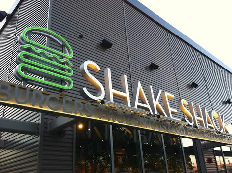 阳极氧化铝单板增强了时尚餐厅高调位置的形象