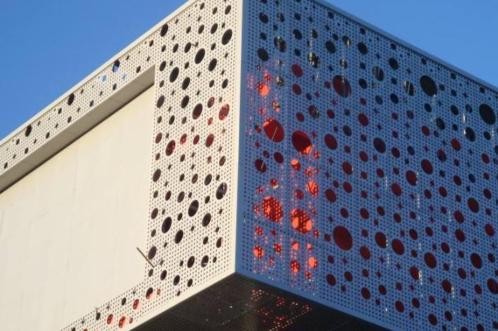 办公大楼内饰专用的碳氟化合物喷涂冲孔铝单板